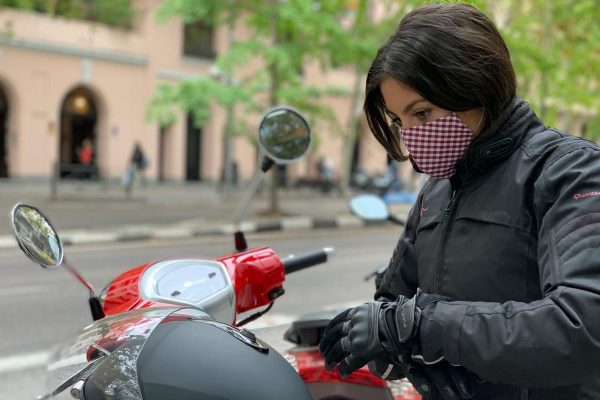 Conoce a la joven que utiliza la moto para trabajar con pacientes de riesgo de forma segura