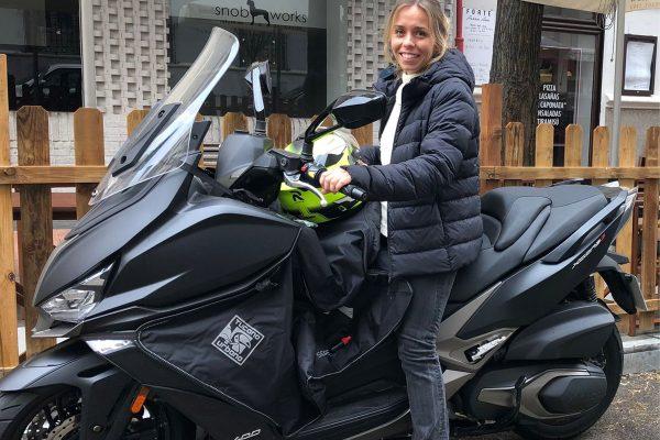 Esta joven, de familia motera, se desmarca con el primer scooter que entra en casa